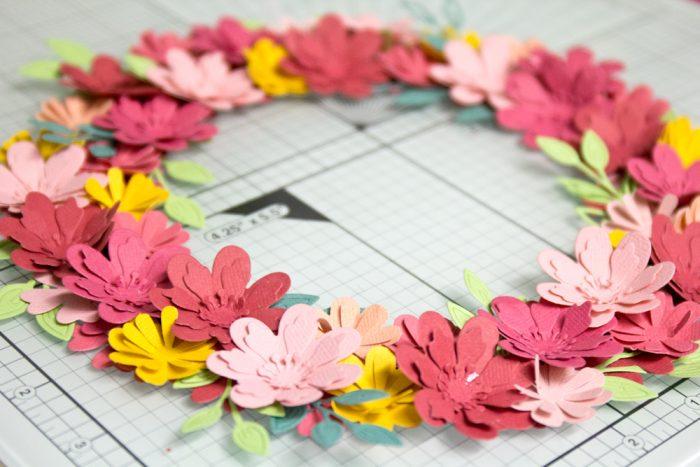 Kranz aus Papierblüten basteln
