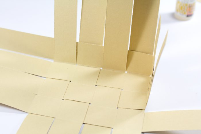 Korb aus Papier flechten