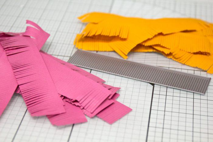 Papierstreifen für den Kranz vorbereiten