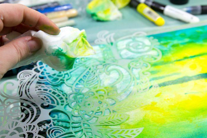 Farbe durch eine Schablone wieder heraus lösen